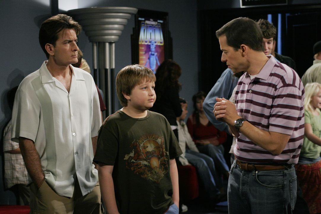 Bei einem gemeinsamen Ausflug mit Charlie (Charlie Sheen, l.) und Jake (Angus T. Jones, M.) versucht sich Alan (Jon Cryer, r.) ganz geschickt vor de... - Bildquelle: Warner Brothers Entertainment Inc.