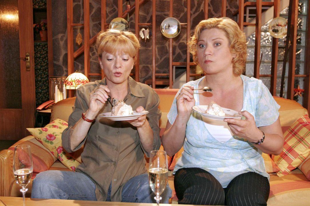 Helga (Ulrike Mai, l.) und Agnes (Susanne Szell, r.) belohnen sich für ihre sportlichen Leistungen. - Bildquelle: Sat.1