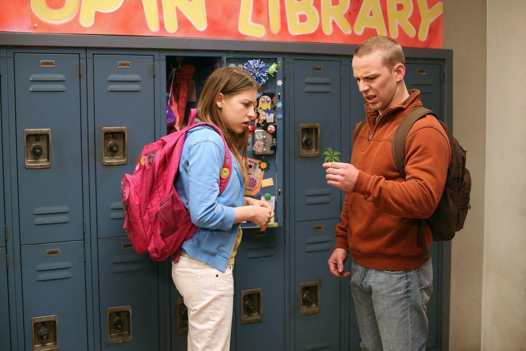 Für Sue (Eden Sher, l.) läuft endlich einmal alles wie am Schnürchen: Sie ist mit Darrin (John Gammon, r.) glücklich und bekommt durch Zufall einen... - Bildquelle: Warner Brothers