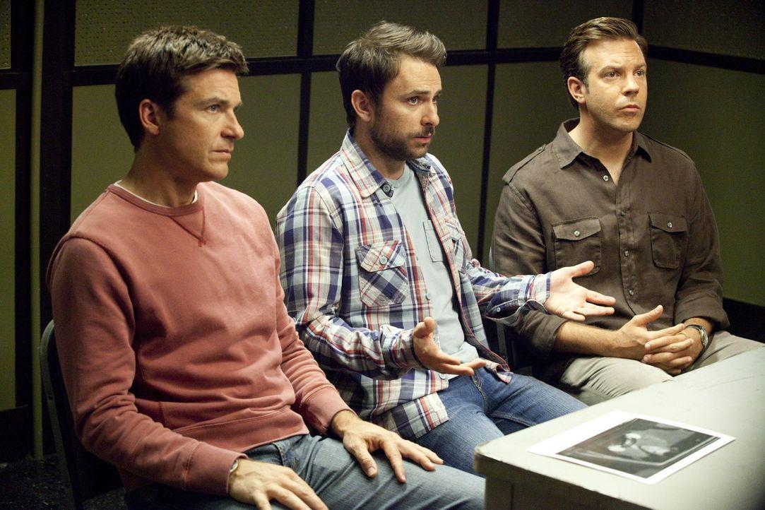 """Die Tipps eines """"Mord-Beraters"""" bringen die Angestellten Nick (Jason Bateman, l.), Dale (Charlie Day, M.) und Kurt (Jason Sudeikis, r.) in einige Sc... - Bildquelle: 2011 Warner Bros."""