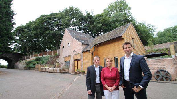 Architekt George Clarke (r.) unterstützt die beiden Restaurations-Profis Alan...