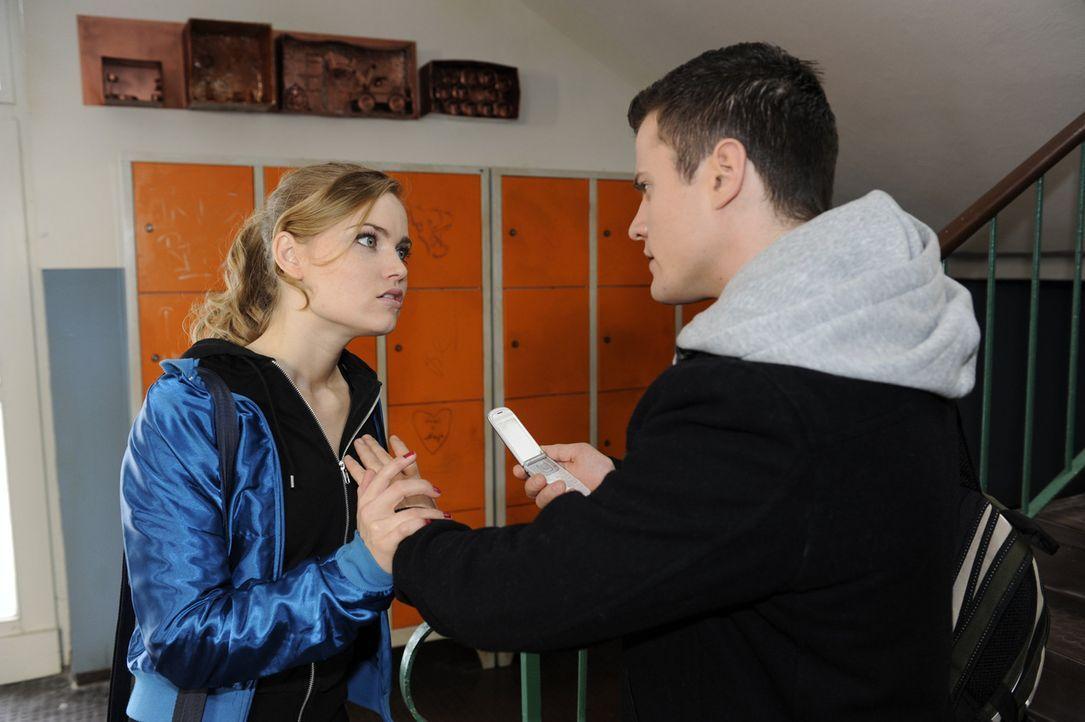 Besorgt versucht Caro (Sonja Bertram, l.), Sophie in Australien zu erreichen und wird dabei von Timo (Rocco Stark, r.) erwischt. Sie kann zwar Timos... - Bildquelle: SAT.1
