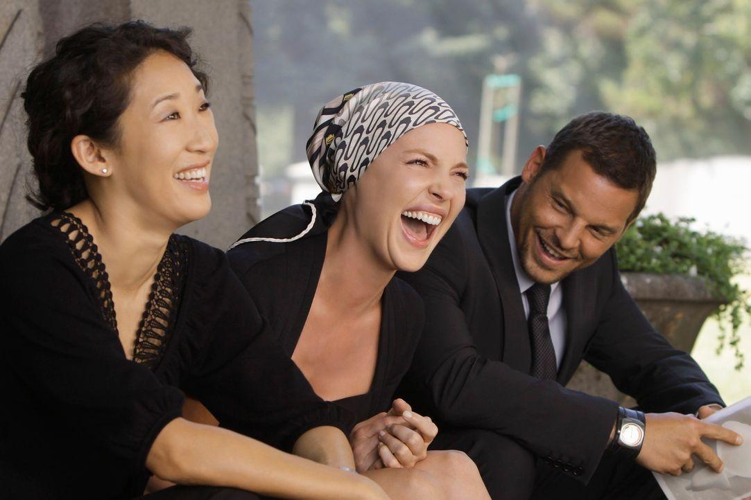 Christina (Sandra Oh, l.), Izzie (Katherine Heigl, M.),  und Alex (Justin Chambers, r.) müssen über die Absurdität, dass George tot ist, dass Amanda... - Bildquelle: Touchstone Television
