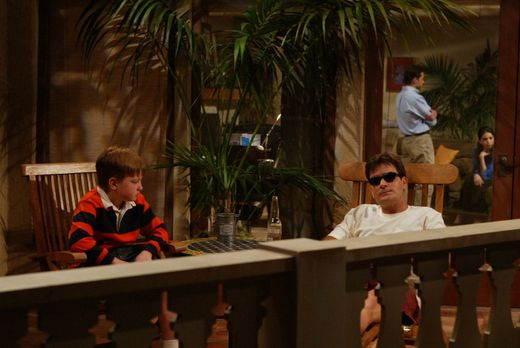 Two and a Half Men - Charlie (Charlie Sheen, r.), Junggeselle und Frauenheld...