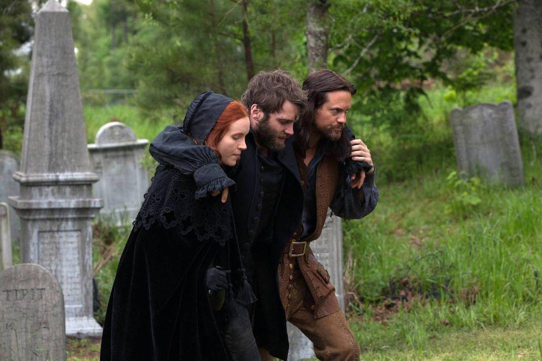 Während Cotton (m.) in seiner Trauer versinkt, erkennen Anne und John, dass es mehr geben muss, als den verbitterten Kampf gegen die Hexen... - Bildquelle: 2013-2014 Fox and its related entities.  All rights reserved.