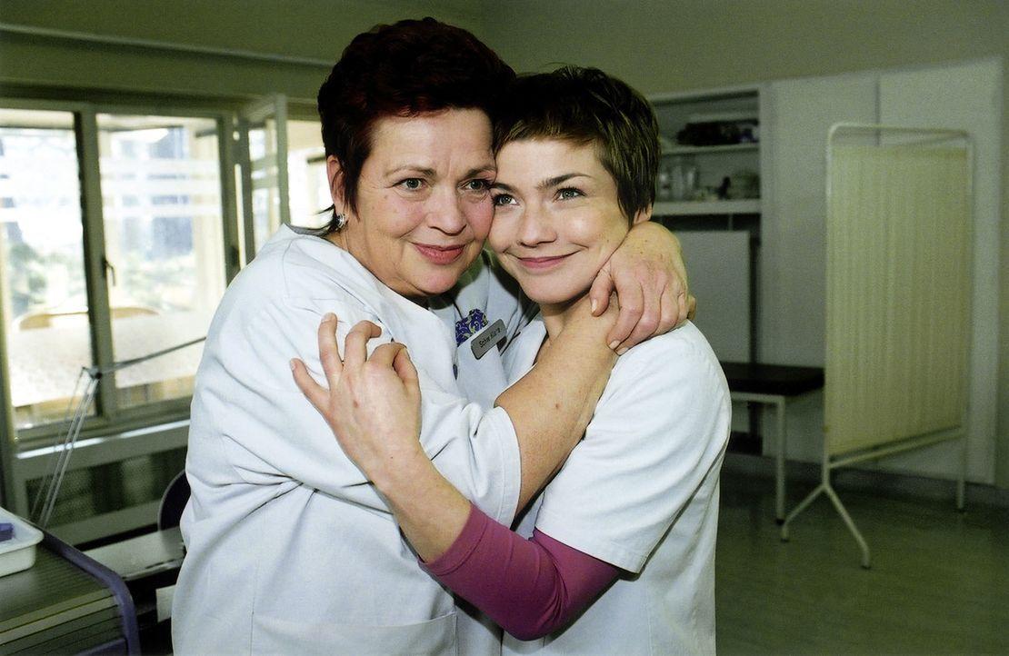 Schwester Klara (Walfriede Schmitt, l.) gratuliert der frischgebackenen Stationsschwester Stephanie (Claudia Schmutzler, r.) - Bildquelle: Monika Schürle Sat.1