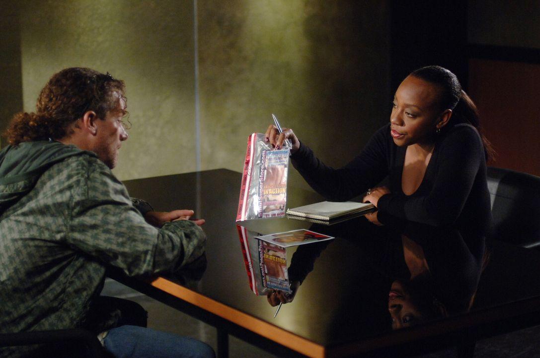 Vivian (Marianne Jean-Baptiste, r.) erhofft sich von Pete (Darin Heames, l.) Informationen zu einem neuen Fall ... - Bildquelle: Warner Bros. Entertainment Inc.