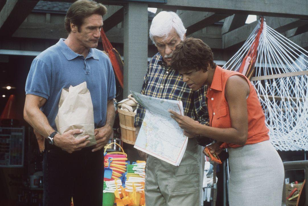 Steve (Barry Van Dyke, l.), Mark (Dick Van Dyke, M.) und Amanda (Victoria Rowell, r.) suchen den kleinen Ort, in dem sich Jesse und Susan aufhalten. - Bildquelle: Viacom