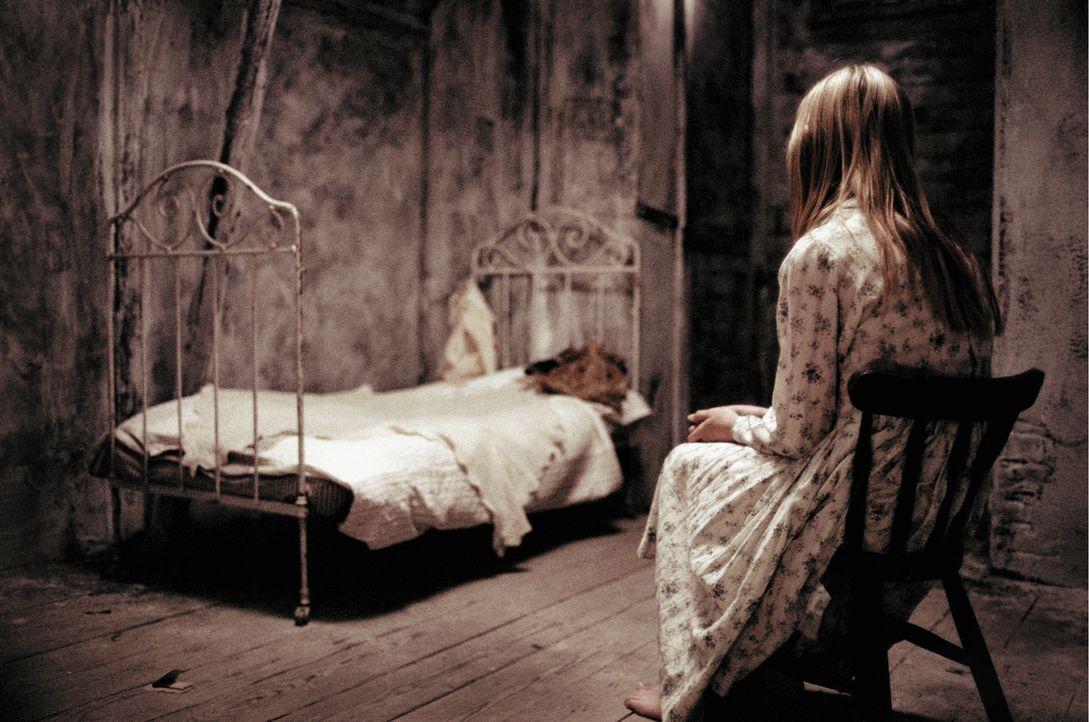 Als Adelle urplötzlich ein seltsames kleines Mädchen in Sarahs Zimmer vorfindet, ahnt sie schon bald, dass die kleine Ebrill (Abigail Stone) der S... - Bildquelle: Constantin Film