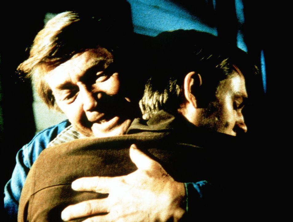 Obwohl der Abschied allen sehr, sehr schwer fällt kann John (Ralph Waite, l.) seinen Sohn (Richard Thomas, r.) verstehen. Er akzeptiert dessen Entsc... - Bildquelle: WARNER BROS. INTERNATIONAL TELEVISION