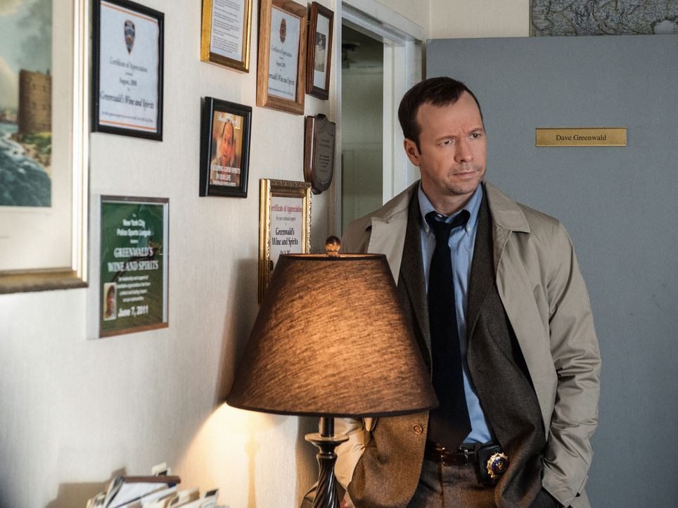 Kann sich Danny (Donnie Wahlberg) den Fahrer schnappen, der mit seinem Mantel in der Türe davongefahren ist? - Bildquelle: Jojo Whilden 2013 CBS Broadcasting Inc. All Rights Reserved.