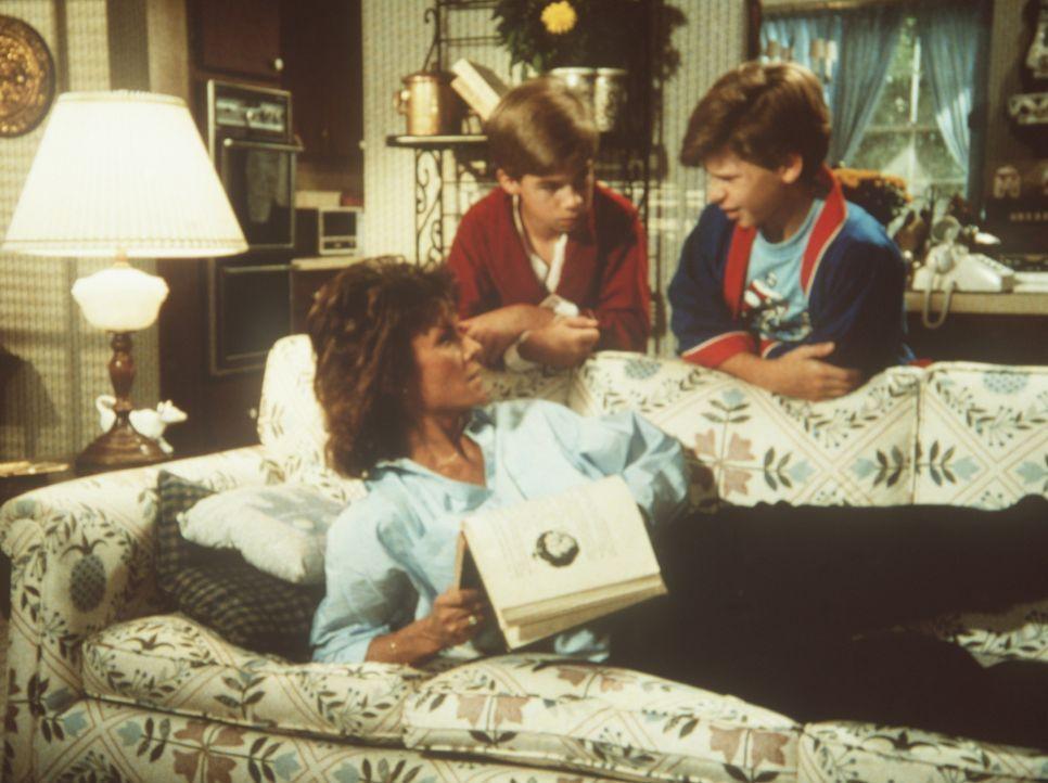 Amanda (Kate Jackson, l.) hat im Traum die Lösung des Falles gesehen. Aber ihre Söhne Jamie (Gregory Morton, l.) und Philip (Paul Stout, r.) haben s...