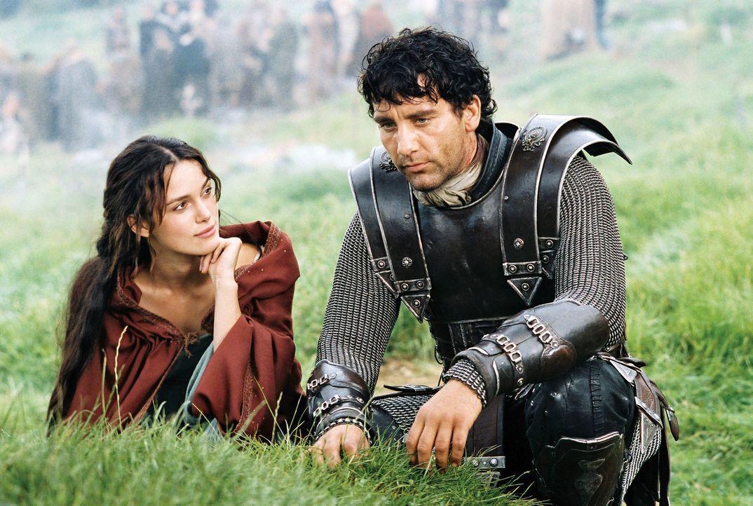 Als es Arthur (Clive Owen, r.) gelingt, die schöne Guinevere (Keira Knightley, l.), eine piktische Gefangene der Römer, zu befreien, ahnt er nicht... - Bildquelle: TOUCHSTONE PICTURES & JERRY BRUCKHEIMER FILMS, INC. ALL RIGHTS RESERVED.