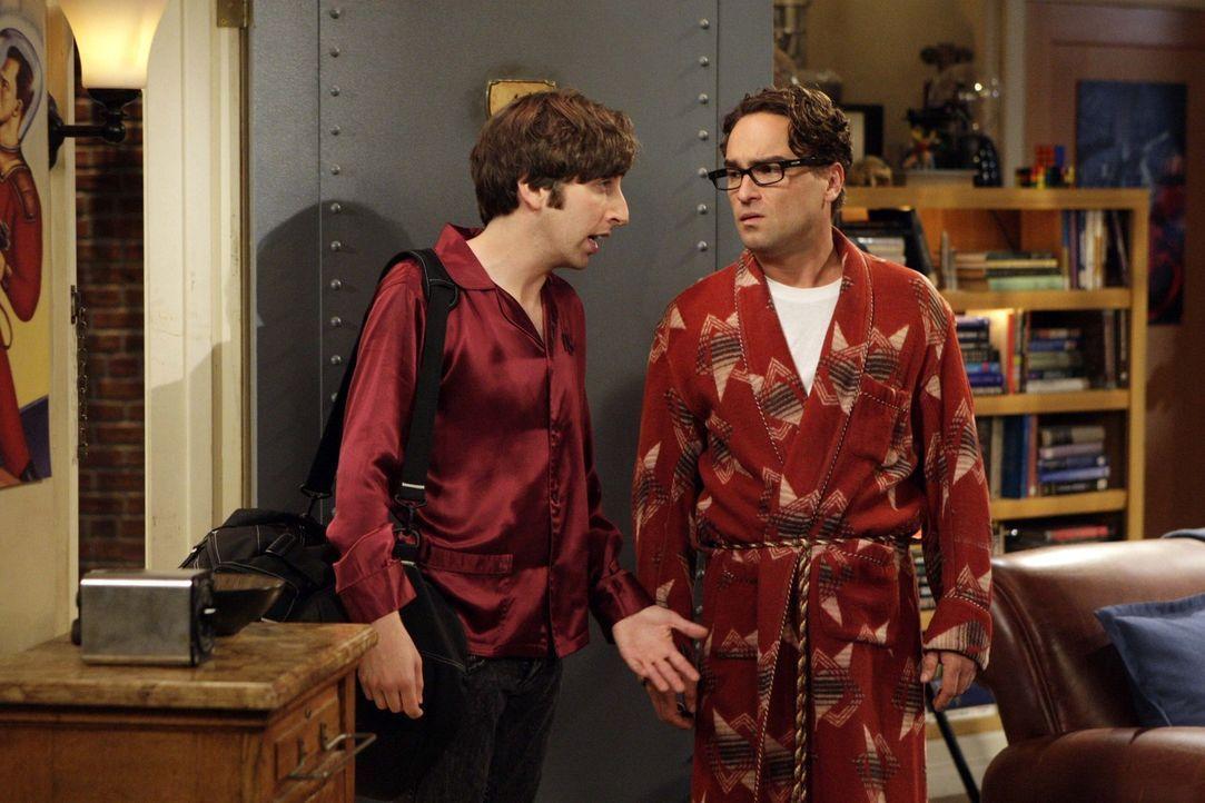 Howard (Simon Helberg, l.) hält es mit Sheldon nicht mehr aus und bringt ihn deshalb zurück zu Leonard (Johnny Galecki, r.). Die Freude darüber h... - Bildquelle: Warner Bros. Television