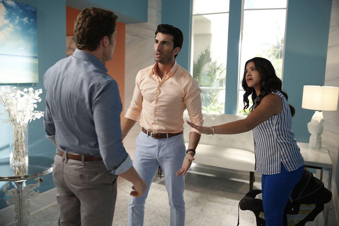Wird sich Jane (Gina Rodriguez, r.) wirklich zwischen Michel (Brett Dier, l.) und Rafael (Justin Baldoni, M.) entscheiden? - Bildquelle: Greg Gayne 2015 The CW Network, LLC. All rights reserved.