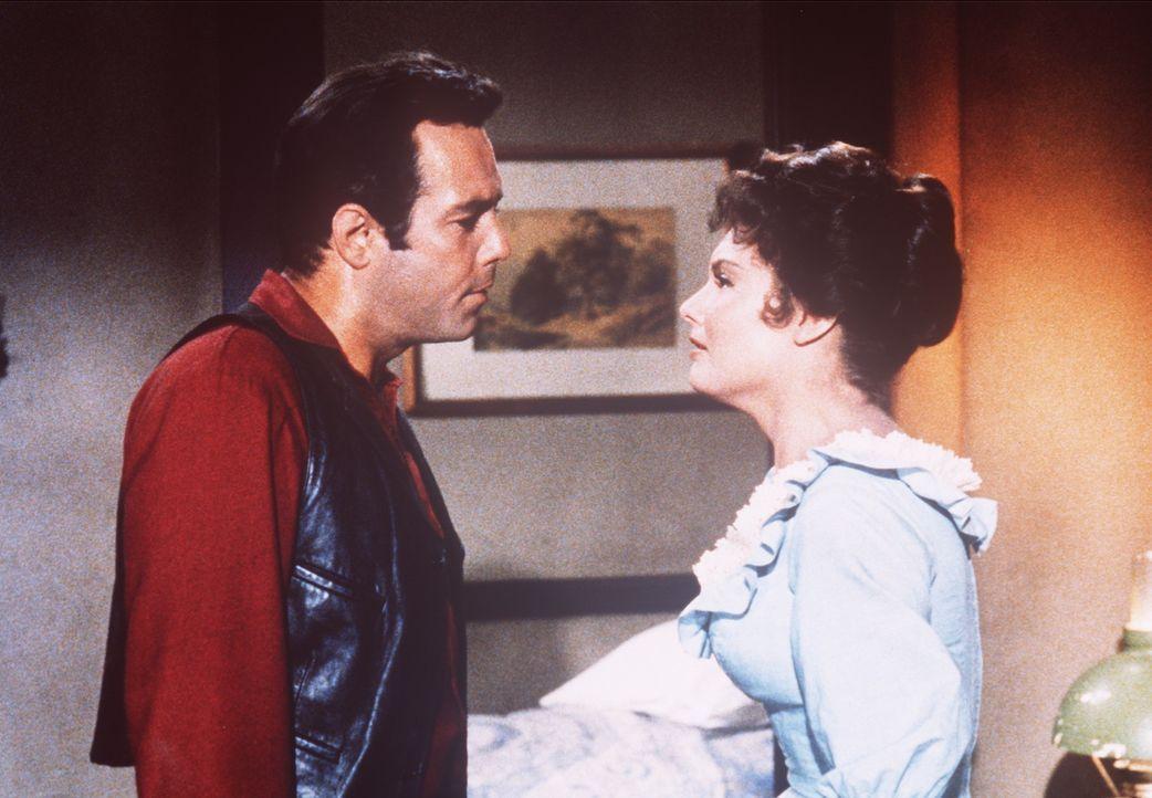 Adam Cartwright (Pernell Roberts, l.) vermutet, dass Jennifer (Sue Lloyd, r.) seinen Vater hereinlegen will. - Bildquelle: Paramount Pictures
