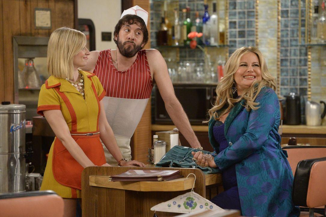 Caroline (Beth Behrs, l.) und Sophie (Jennifer Coolidge, r.) lernen endlich Olegs (Jonathan Kite, M.) Cousin kennen, der auch gleich Geschenke dabei... - Bildquelle: 2015 Warner Brothers