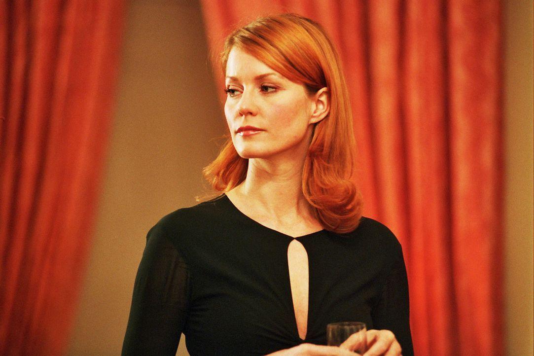 Sandra (Esther Schweins) will Leclair ablenken. - Bildquelle: Sat.1