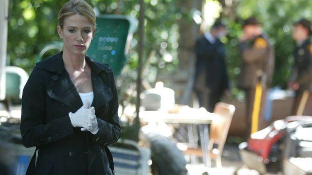 Am Tatort führt Samantha Spade (Poppy Montgomery) diverse Untersuchungen durc...