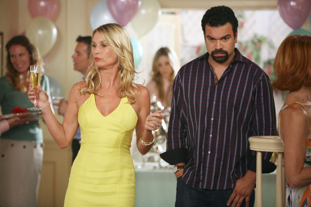 Während der Babyparty, erfährt Edie (Nicolette Sheridan, l.) ein Geheimnis von Carlos (Richardo Antonio Chavira, r.) und Gabrielle ... - Bildquelle: ABC Studios