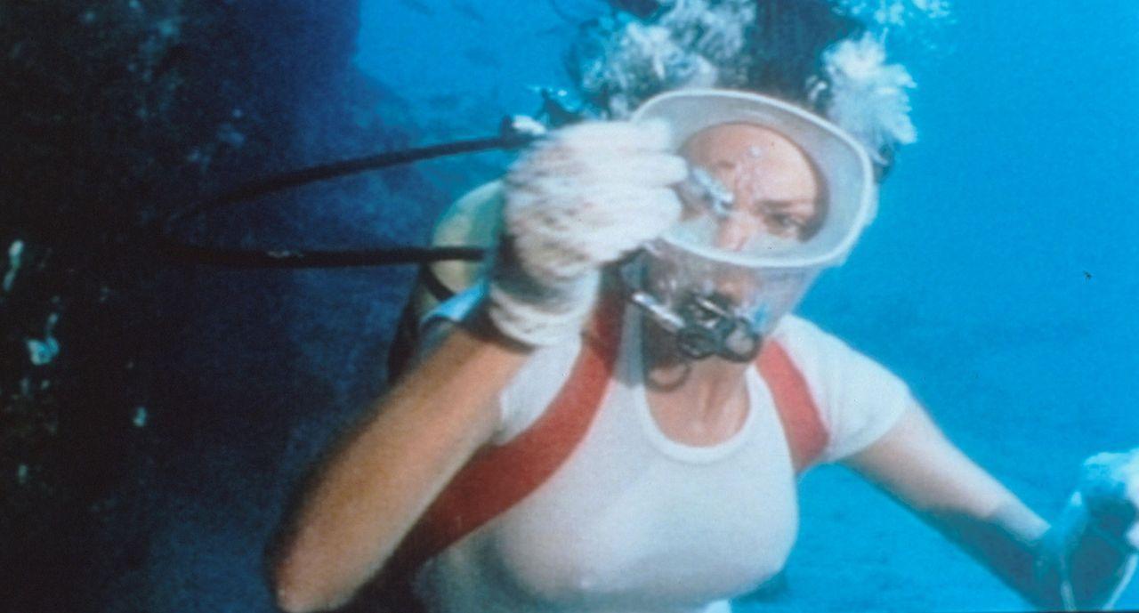 Gail Sanders (Jacqueline Bisset) entdeckt in einem Schiffswrack Morphiumampullen... - Bildquelle: Columbia Pictures