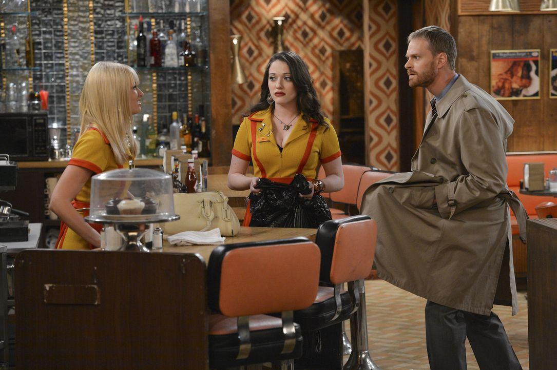 Als plötzlich ein Krimineller (Tom Christensen, r.) im Diner steht bringt das Caroline (Beth Behrs, l.) so aus der Fassung, dass sie sogar ihre Fre... - Bildquelle: Warner Brothers
