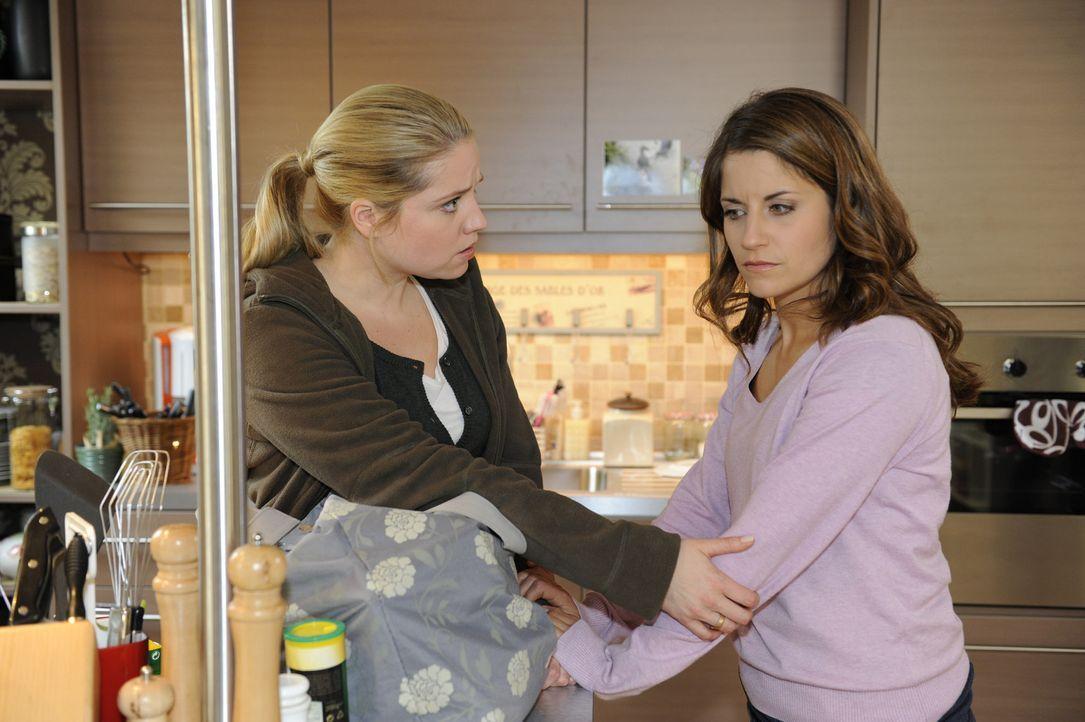 Miriam (Caroline Maria Frier, l.) schafft es nicht, Bea (Vanessa Jung, r.) zu halten, denn sie ist sich sicher, die richtige Entscheidung getroffen... - Bildquelle: Christoph Assmann SAT.1