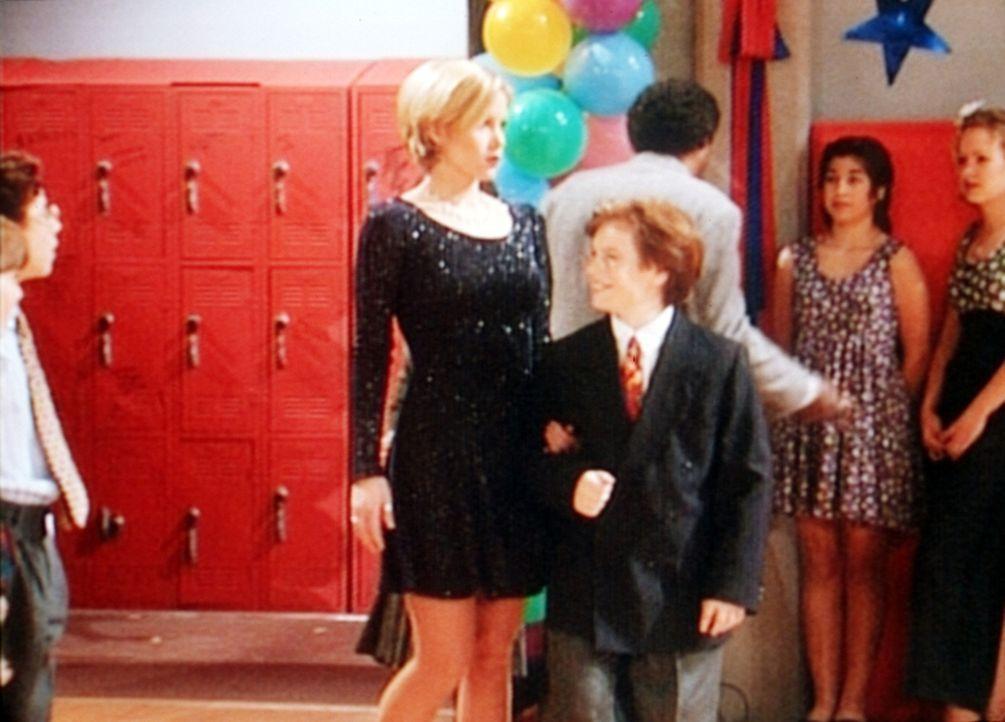 Kelly (Christina Applegate, l.) begleitet ihren jungen Verehrer Robby (Noah Segan, r.) auf seine Klassenparty. - Bildquelle: Sony Pictures Television International. All Rights Reserved.