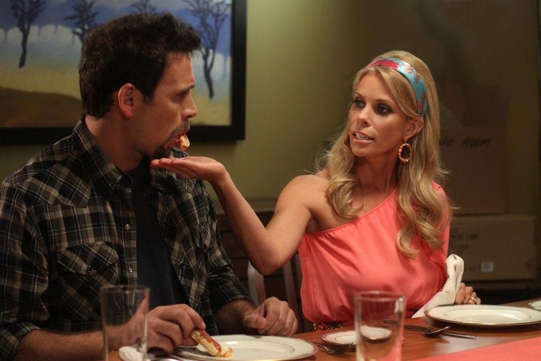 Zum Leidwesen ihrer Töchter, entflammt ihre Zuneigung aufs Neue: Dallas (Cheryl Hines, r.) und George (Jeremy Sisto, l.) ... - Bildquelle: Warner Bros. Television