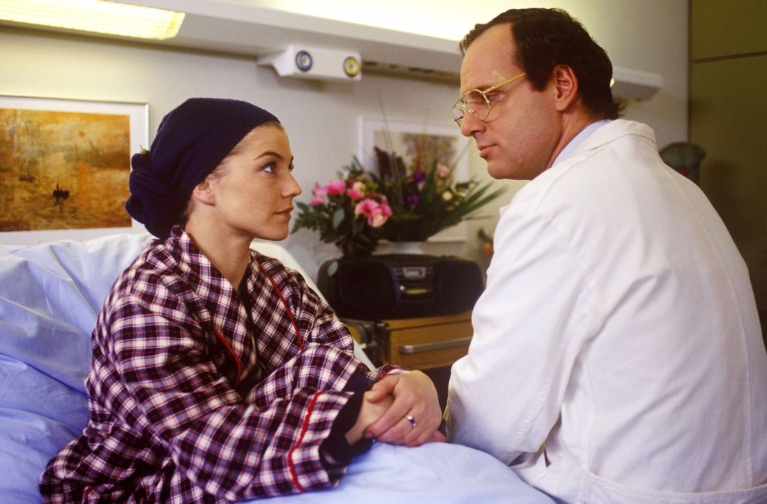 Dank Christian Nerlinger (Herbert Trattnigg, r.) hat sich der Gesundheitszustand von Schwester Stephanie (Claudia Schmutzler, l.) gebessert. Jetzt s... - Bildquelle: Noreen Flynn Sat.1