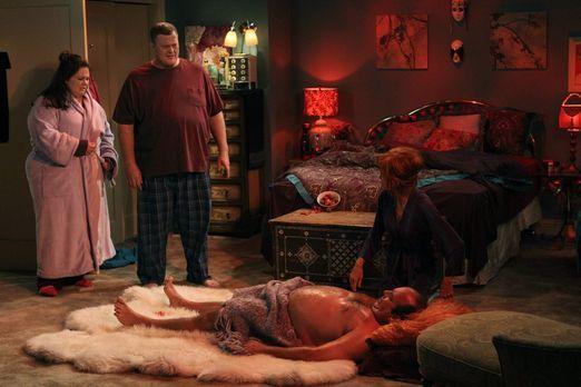 Mike & Molly - Während Mike (Billy Gardell, 2.v.l.) und Molly (Melissa Mc...