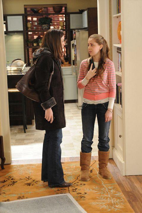Als Alicia (Julianna Margulies, l.) gegen die Widerstand ihres Mannes das Haus verlassen will, um sich mit Will zu treffen, versucht Grace (Makenzie... - Bildquelle: CBS Studios Inc. All Rights Reserved.