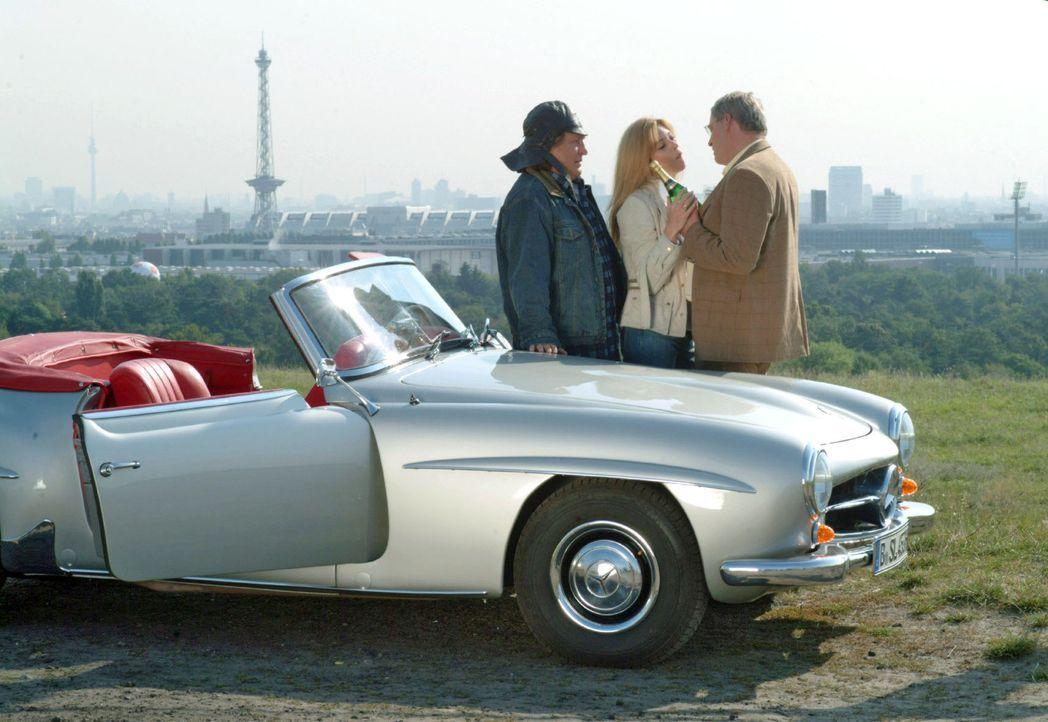 Bernd (Volker Herold, l.) hat Friedrich (Wilhelm Manske, r.) und Laura (Olivia Pascal, M.) zu einem Platz gefahren, wo sie ihre Zweisamkeit über den... - Bildquelle: Monika Schürle Sat.1