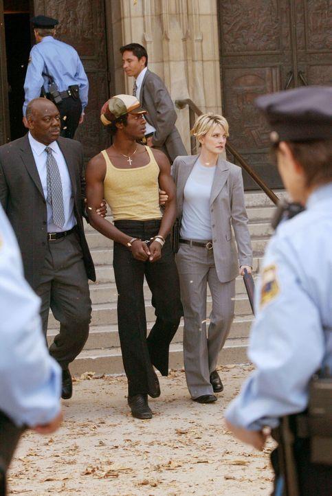 Der junge Mason Tucker (Aldis Hodge, M.) wird von Det. Lilly Rush (Kathryn Morris, r.) und einem Kollegen (Darsteller unbekannt) abgeführt ... - Bildquelle: Warner Bros. Television