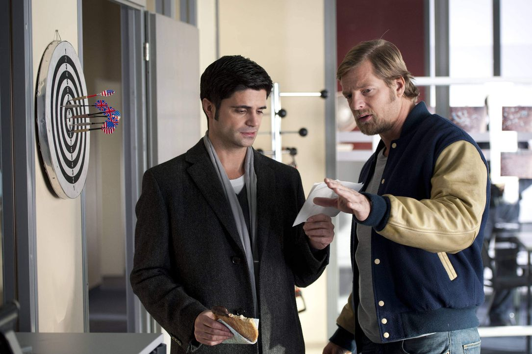Mick (Henning Baum, r.) fällt es ziemlich schwer zu akzeptieren, dass sich Andreas (Maximilian Grill, l.) und Isa getrennt haben. Er versucht alles,... - Bildquelle: Martin Rottenkolber SAT.1