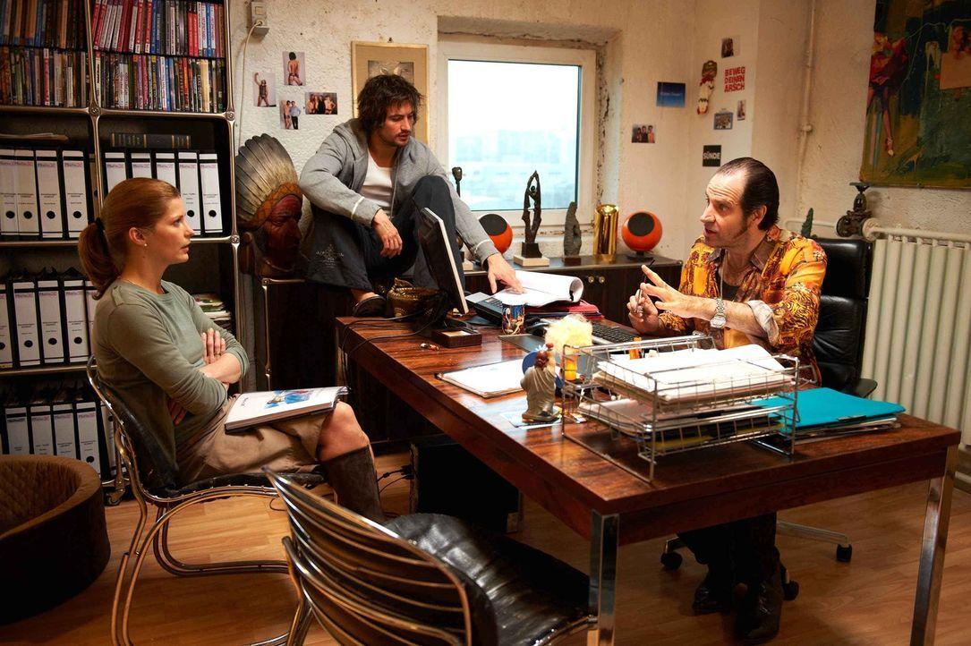 Bereits am ersten Tag wird Regisseur Volker (Helmfried von Lüttichau, r.) und Pornostar Roy, das Rohr (Tom Beck, M.) klar, dass die Besitzerin wide... - Bildquelle: SAT.1
