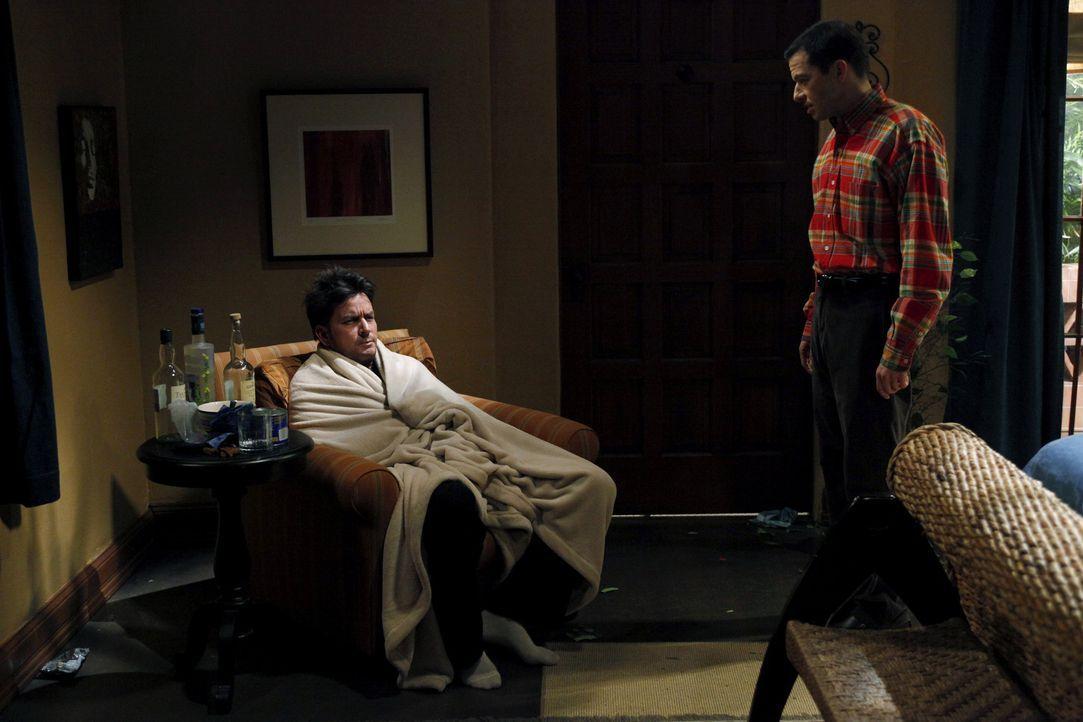 Als seine Verlobte Chelsea endgültig zu ihrem Vater zieht, ist Charlie (Charlie Sheen, l.) sehr deprimiert. Nach einem missglückten Selbstmordvers... - Bildquelle: Warner Brothers