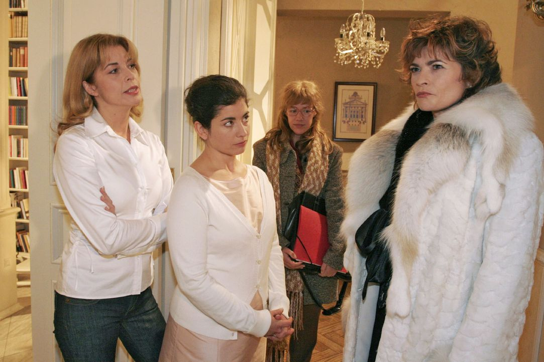 Lisa (Alexandra Neldel, 2.v.r.), die David geschäftlich sprechen möchte, bekommt mit, wie Laura (Olivia Pascal, l.) und Haushälterin Gabriele (Cl... - Bildquelle: Noreen Flynn Sat.1