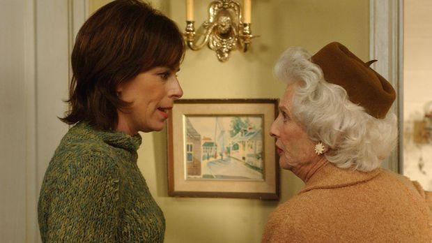 Lois' (Jane Kaczmarek, l.) Mutter Ida (Cloris Leachman, r.) taucht plötzlich...