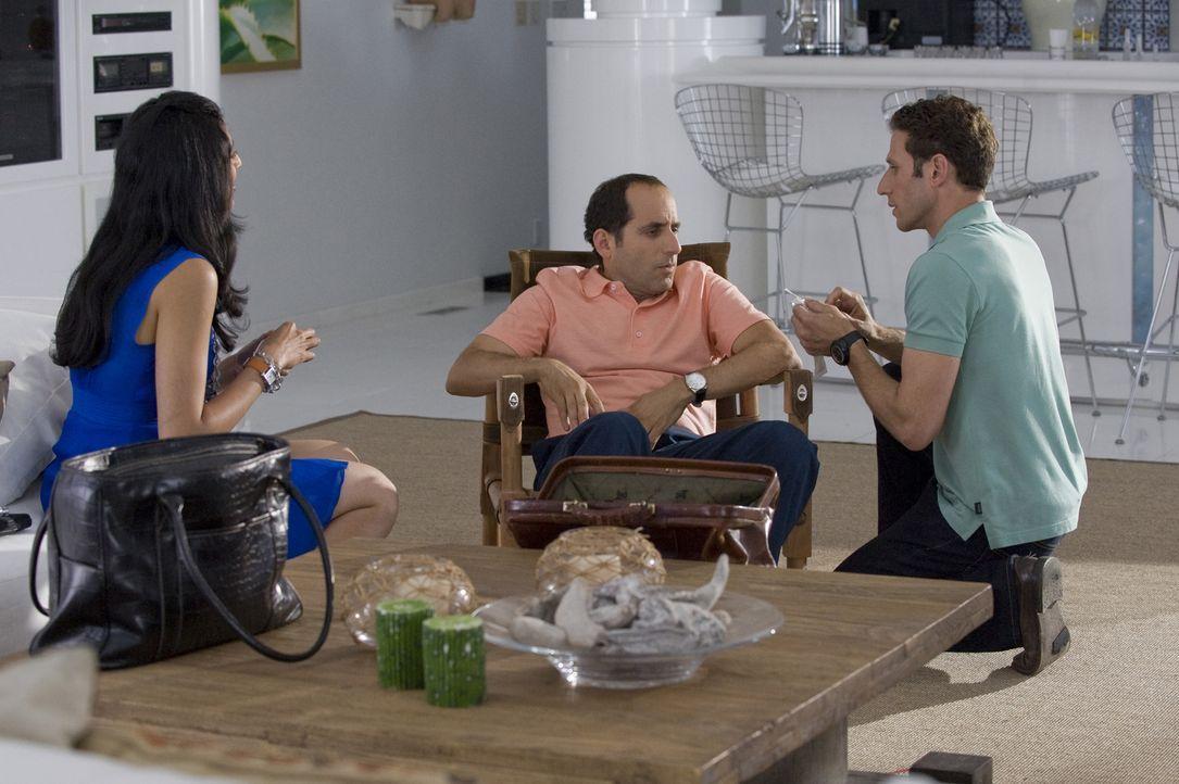 Alan Ryder (Peter Jacobson, M.) leidet unter einer äußerst unangenehmen Infektion. Divya Katdare (Reshma Shetty, l.) und Dr. Hank Lawson (Mark Feuer... - Bildquelle: Universal Studios