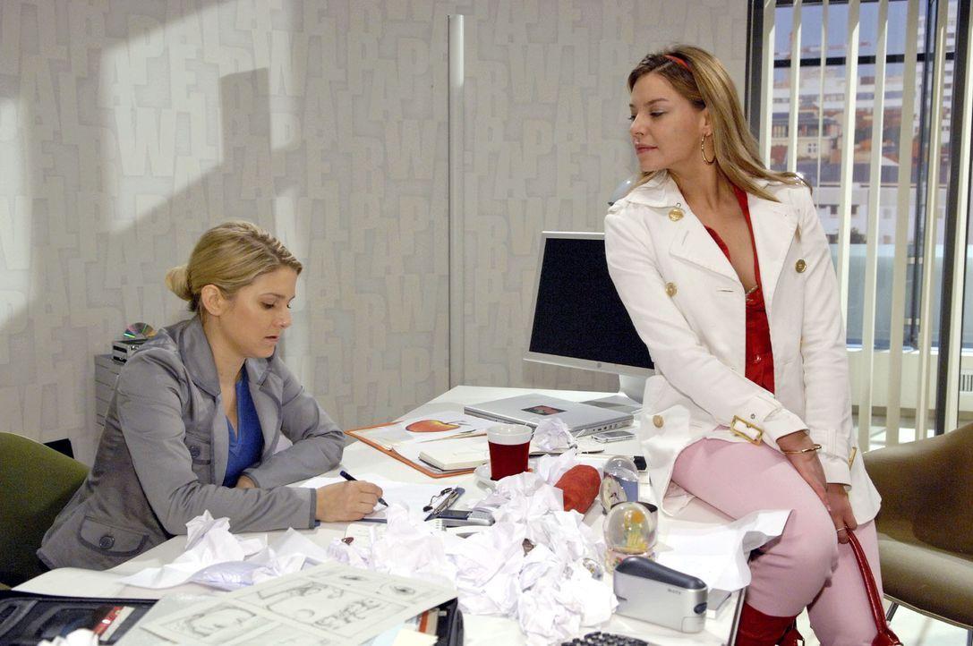 Katja (Karolina Lodyga, r.) bekommt mit, dass es Anna (Jeanette Biedermann, l.) nicht leicht fällt, für Gerrit zu arbeiten. - Bildquelle: Claudius Pflug Sat.1