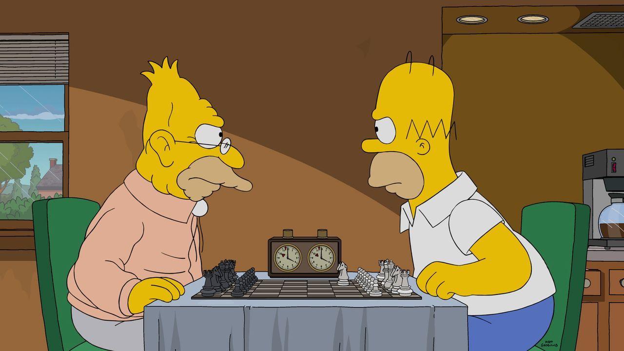 Beim Schachspiel verstehen Abraham (l.) und Homer (r.) keinen Spaß, denn es kann nur einen Gewinner geben ... - Bildquelle: 2016-2017 Fox and its related entities. All rights reserved.