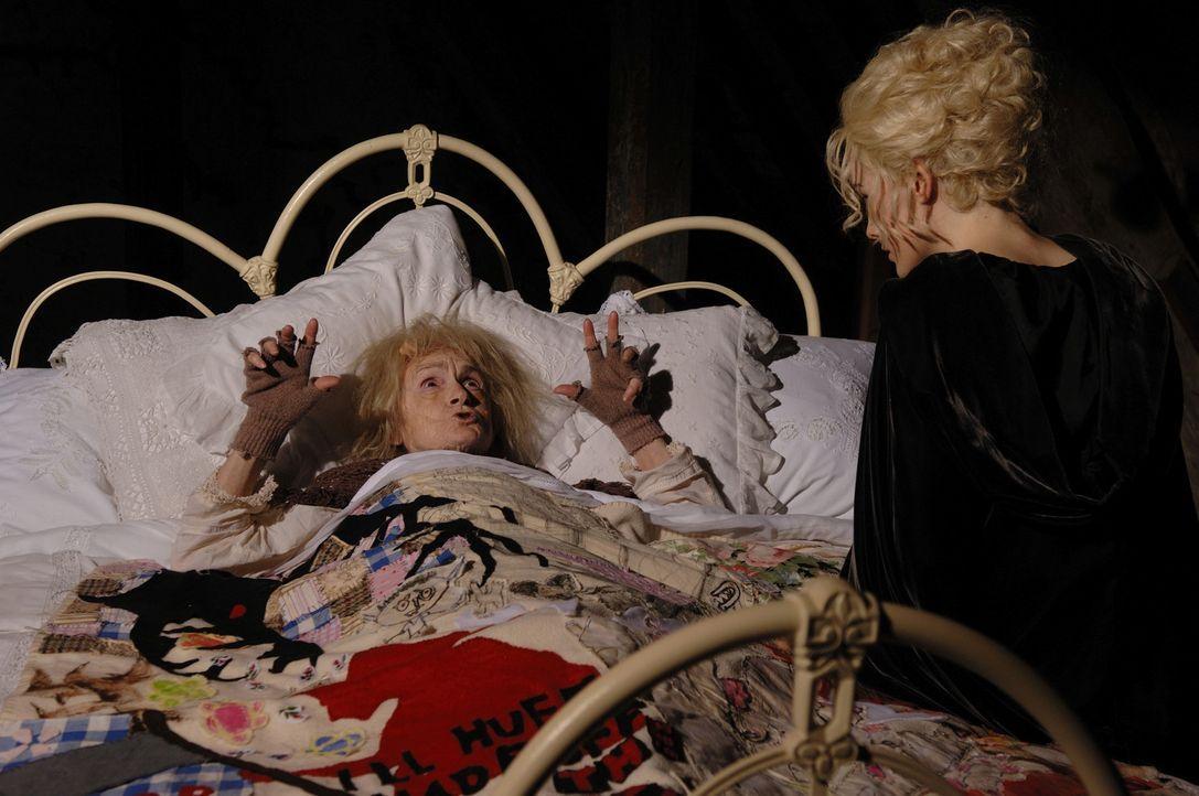 Auf der Suche nach dem Schneevater gerät Susan (Michelle Dockery, r.) an Toothfairy (Bridget Turner, l.)... - Bildquelle: RHI Entertainment