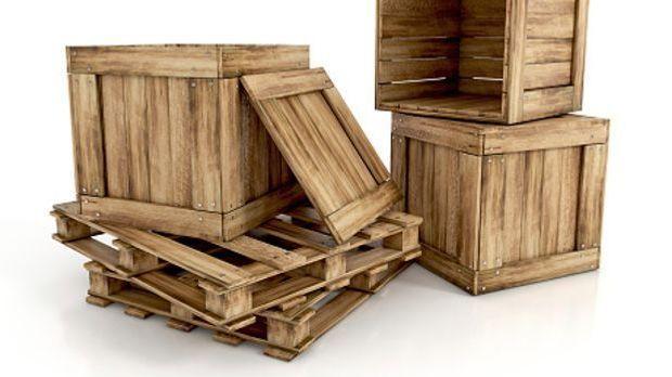 Stabile Holzkisten und Paletten gestapelt