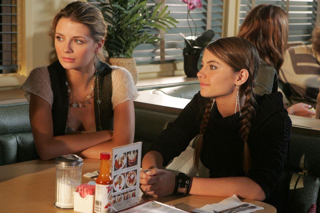 Marissa (Mischa Barton, l.) ahnt nicht, welche Probleme ihre kleine Schwester Kaitlin (Willa Holland, r.) mit sich bringt ... - Bildquelle: Warner Bros. Television