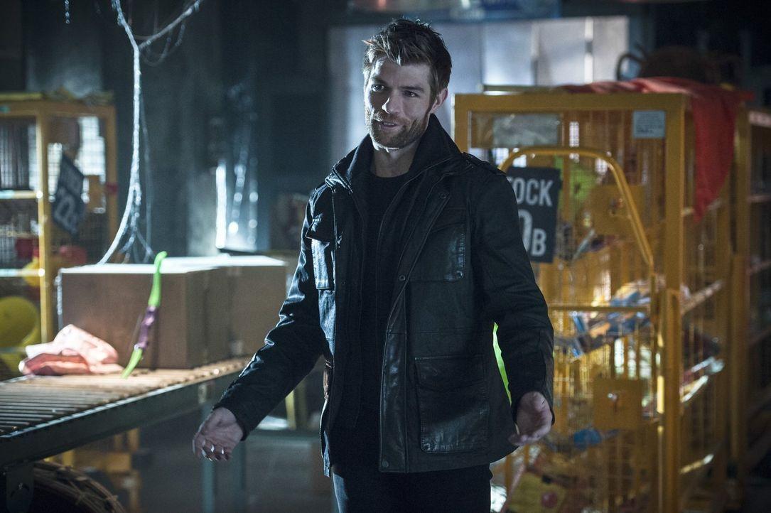 Mark Mardon alias Weather Wizard (Liam McIntyre) nutzt die Weihnachtsstimmung, um von seinen Plan The Flash zu töten, ungehindert umsetzten zu könne... - Bildquelle: 2015 Warner Brothers.