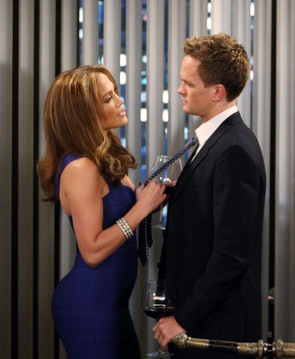 Barney (Neil Patrick Harris, r.) hat die Wahnsinnsfrau Anita (Jennifer Lopez, l.) kennengelernt. Allerdings gelingt es ihm einfach nicht, sie ins Be... - Bildquelle: 20th Century Fox International Television