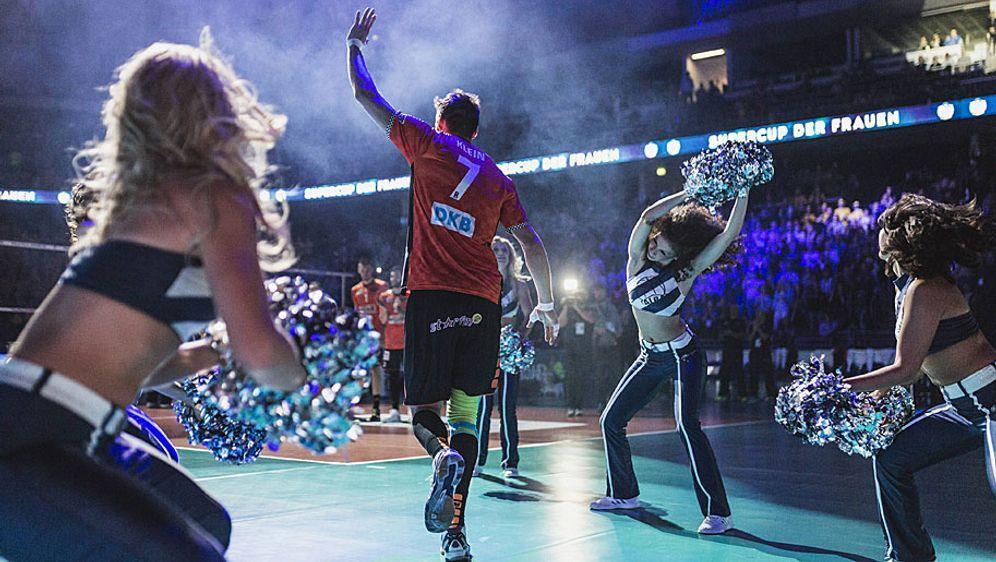 Eindrücke aus dem vergangenen Jahr: Cheerleader begleiten das Duell zwischen... - Bildquelle: imago
