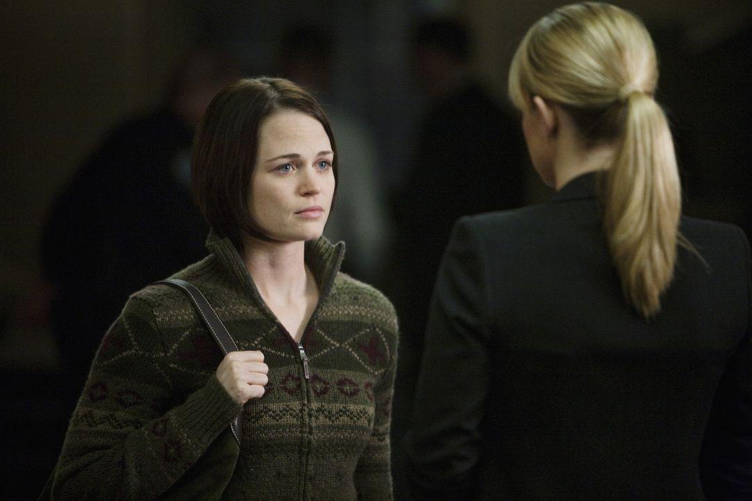 Meg Collins (Sprague Grayden, r.) Ehemann wird in einer Kirche umgebracht. JJ (AJ Cook, l.) und ihre Kollegen zur werden zur Hilfe gerufen, um den T... - Bildquelle: Touchstone Television