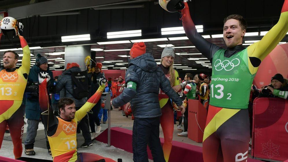 Deutsche Rennrodler gewinnen Gold in Teamstaffel - Bildquelle: AFPSIDMOHD RASFAN